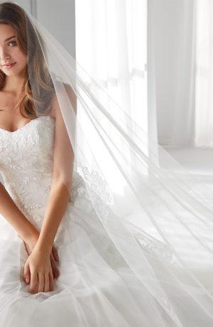 Abito da sposa redingote in tulle ricamato e scollo a cuore