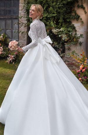 Abito da sposa svasato in tulle e corpino di pizzo guipure con maniche lunghe e collo alto